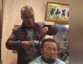 فيديو.. حلاق صينى يقص الشعر على طريقته الخاصة.. حافظ على رقبتك ليطيرها