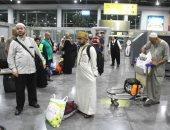 حجاج قطاع غزة ينشدون طلع اليدر علينا فور وصولهم مطار القاهرة
