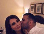 """""""بقبلة على الخد"""".. عماد متعب يهنئ زوجته يارا نعوم فى عيد ميلادها"""