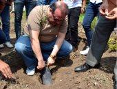 """صور.. رئيس جامعة طنطا يزرع أول شجرة فى مبادرة """"يوم في حب جامعتنا"""""""