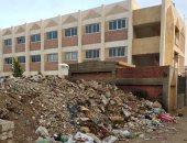 تلال من القمامة تحاصر أسوار معهد الرملة الأزهرى بالقليوبية ومناشدة بإزالتها