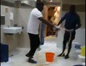 فيديو.. ساديو مانى يساهم فى تنظيف حمامات أحد مساجد ليفربول