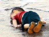 فرقة فلسطينية تحيى ذكرى الطفل السورى الغريق إيلان بأغنية