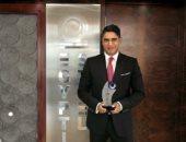 مجلة استثمارات الإماراتية تسلم أبوهشيمة درع جائزة أفضل شخصية عربية في قطاع الصناعة