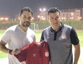 الأفريقى التونسى يصل القاهرة لمواجهة بيراميدز ويهدى أحمد حسن قميص النادى
