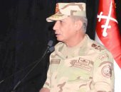 وزير الدفاع ينيب قادة الجيوش والمناطق بوضع إكليل الزهور علي النصب التذكارى