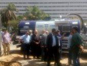 محافظ القاهرة يتفقد موقع كسر ماسورة مياه بتقاطع شارع العروبة مع يوسف عباس