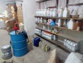 صور.. شرطة التموين تضبط مدير مصنع عطور يستخدم مواد مجهولة