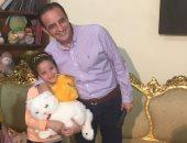 """طارق علام يرصد معاناة طفلة يجبرها والدها على بيع المناديل فى """"هو ده"""" على المحور"""