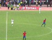 يحدث فى جامبيا.. بدلاء الجزائر يجلسون على الأرض لعدم وجود دكة