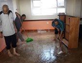 """""""مدرستى هى بيتى الثانى"""".. مدرسون ينظفون مدرسة بالشرقية قبل بدء الدراسة"""