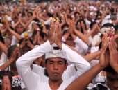 صور.. 50 ألف هندوسى يصلون من أجل نهاية الزلزال فى اندونيسيا