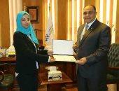 صور.. رئيس المصرية للمطارات يكرم عاملى ومديرى قطاعات لأدائهم المتميز