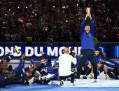 فيديو.. احتفال نجوم فرنسا مع الجماهير بلقب المونديال بعد عبور هولندا