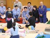 صور..رئيس وزراء اليابان يتفقد الأضرار فى جزيرة هوكايدو بعد أن ضربها الزلزال