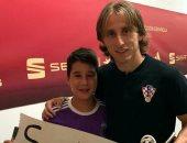 صور.. مودريتش يحقق أحلام طفل مدريدى قبل مواجهة إسبانيا