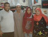 صور..قصة طالبة بالإعدادى ووالدتها تصنعان الحقائب والأحذية من التلى بسوهاج