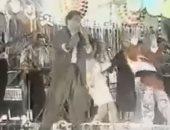"""فيديو نادر للهضبة """"عمرو دياب"""" يحيى أحد الأفراح الشعبية"""