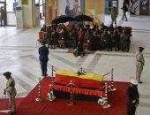 فيديو وصور.. غانيون يلقون نظرة الوداع الأخيرة على جثمان كوفى أنان