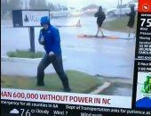 تمثيل خايب.. مراسل تليفزيونى يخدع الجمهور بالتمايل أثناء إعصار فلورنس.. فيديو
