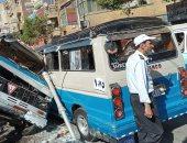 إصابة 12 في حادث تصادم بين سيارتين بشارع الشهيد سوهاج.. صور