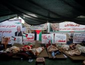 صور.. نشطاء فلسطينيون يعتصمون لمنع قوات الاحتلال من هدم قرية خان الأحمر
