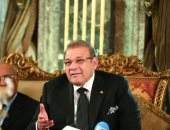 صور.. حسن راتب يهدى قلادة جامعة سيناء لأسامة هيكل تقديرا لمكانته الإعلامية