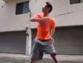 شاهد..الإعصار مش بس كوارث..شاب يلعب الريشة الطائرة ضد الرياح فى هونج كونج