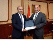 وزير الطيران يكرم عاملين بمطار القاهرة لإعادتهما حقيبة بها متعلقات ثمينة