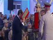 رئيس هيئة الإمداد بالقوات المسلحة يهدى نسخة من القرآن الكريم للرئيس السيسى
