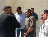محافظ شمال سيناء يتفقد مدرسة ومركز شباب ومحطة وقود وسط العريش