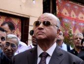 صور.. سيدة تستوقف محافظ القاهرة لطلب الحصول على وحدة سكنية