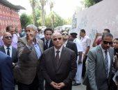 محافظ القاهرة يشارك طلاب مدرسة فى الزاوية تحية العلم والطابور الصباحى