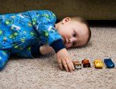 اعراض التوحد عند الرضع منها الكلمات والجمل المكررة وتقليد الآخرين