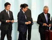 رئيس الوزراء اليابانى شينزو آبى يفوز بولاية جديدة على رأس حزبه
