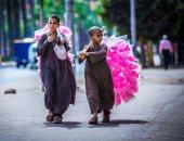 صورة اليوم.. بائعو الفرحة فى الشوارع.. السعادة أسلوب حياة