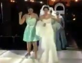 """شاهد.. عروس وصديقاتها يفاجئن المدعوين على أغنية """"كاجولوه"""""""