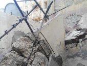 صور.. رئيس حى وسط الإسكندرية يعاين عقار بعد إخلائه من السكان بسبب انهيار جزئى