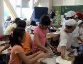 أسلوب حياة.. شاهد تلاميذ اليابان ينظفون الفصول بعد الوجبات المدرسية