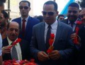 صور.. رئيس جامعة دمنهور يستقبل الطلاب بالأعلام والورود فى أول أيام الدراسة