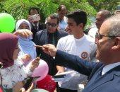 صور.. طالبات الأزهر يستقبلن رئيس الجامعة بالبلالين فى أول يوم دراسة