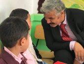 فيديو وصور.. وكيل مديرية تعليم شمال سيناء يشارك فى أول حصة رياض أطفال بالعريش