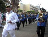 موسيقى عسكرية وأغانى وطنية بجامعة عين شمس وتوزيع بلالين على الطلاب