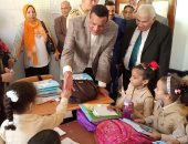 """فيديو وصور ..محافظ البحيرة يطلب من تلميذ ابتدائي كتابة """"تحيا مصر"""""""