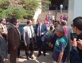 صور.. رئيس جامعة بنها يشارك الطلاب أداء تحية العلم والسلام الجمهورى
