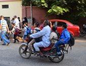 صور.. الدراجات البخارية وسيلة نقل أولياء الأمور لأطفالهم لمدارس الأقصر
