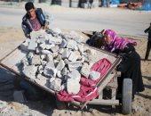 الغزاويون يعيدون تدوير حطام القنابل لمواجهة الحصار وبناء الطرق والمنازل