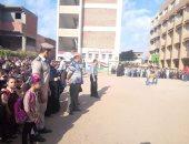 صور.. الأمن يشارك الطلاب فرحتهم فى أول أيام الدراسة بالمنوفية