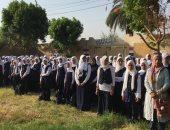 صور.. مدرسة عباس بخيت بسوهاج تستقبل طلابها بتوزيع علم مصر