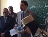 صور.. مدير أمن سوهاج يوزع أدوات مدرسية على طلاب نجع العرب بالمراغة